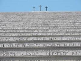 saltellare e volteggiare sulle tombe del sacrario di Redipuglia